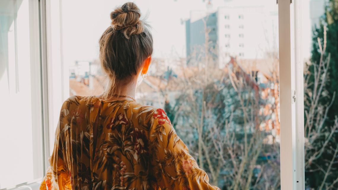 Mädchen am Fenster in der Sonne, Tipps gegen Fernweh