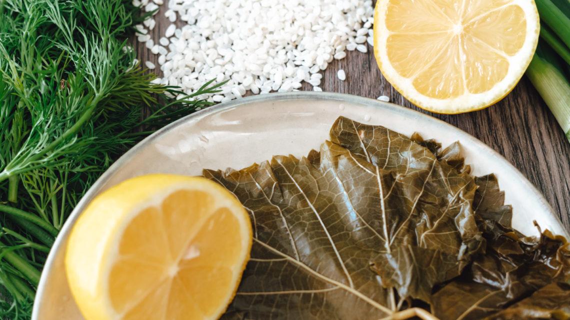 ungerollte Weinblätter, Zitronen und frische Kräuter