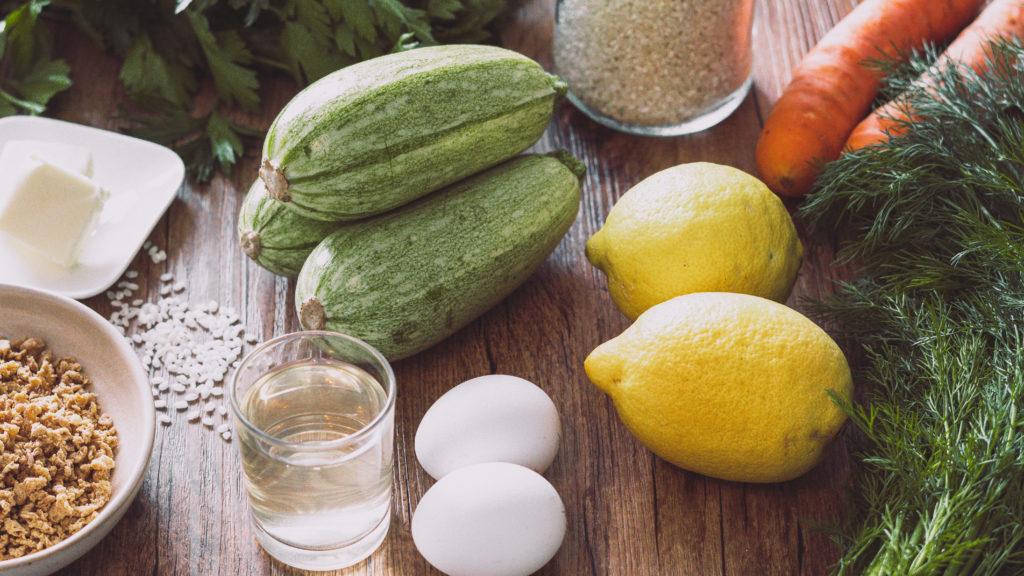Verschiedene Zutaten für griechische Zucchini in Zitronensoße