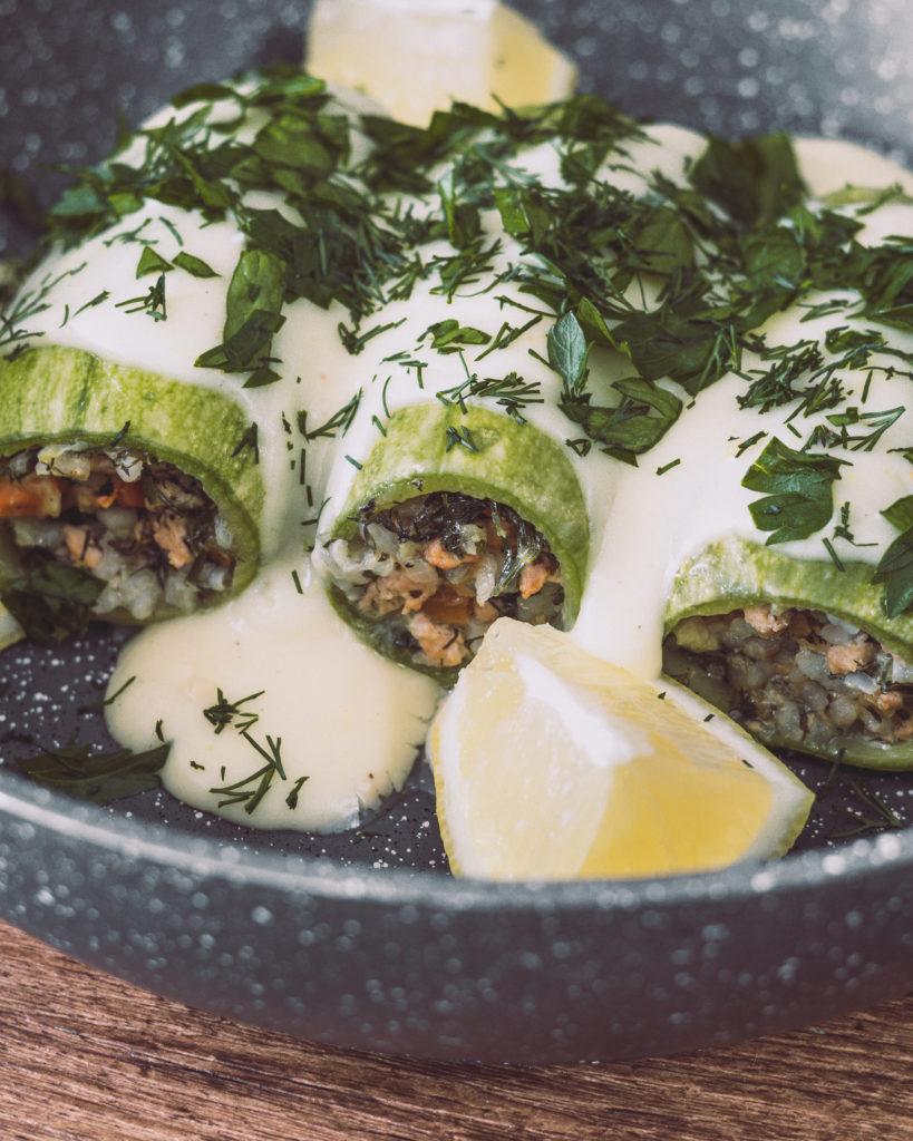 Gefüllte Zucchini mit weißer Zitronensoße und frischen Kräutern