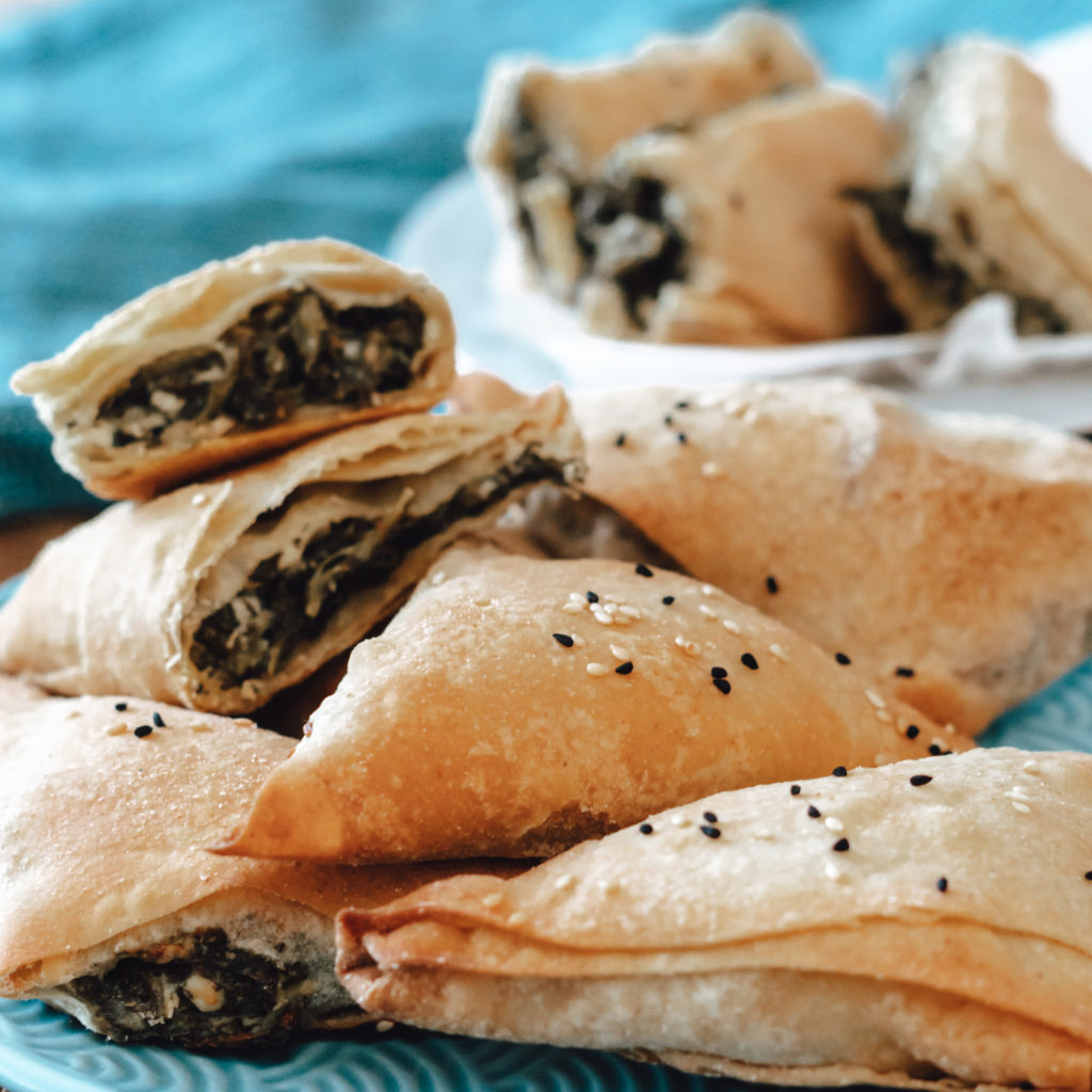 Frisch gebackene griechische Spinattaschen