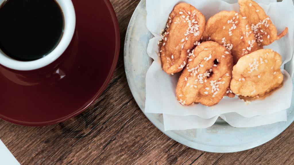 Kretische Pfannkuchen und griechischer Kaffee