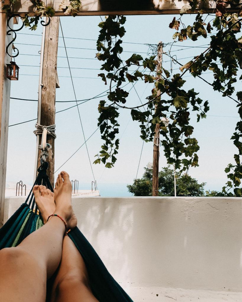 Ich Perspektive auf der Hängematte auf einer Terrasse