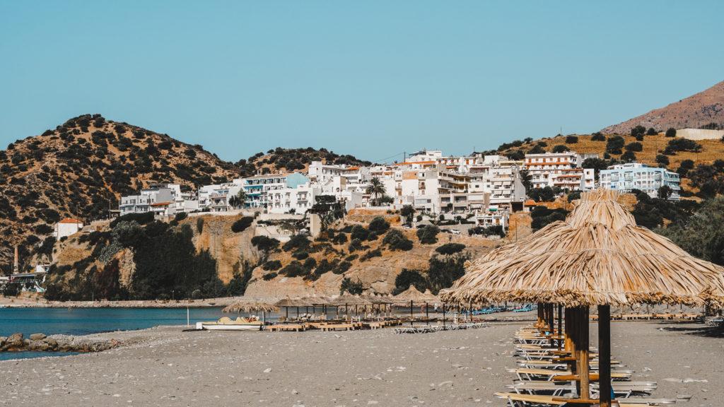 Agia Galini Strand auf Kreta mi weißen Häusern im Hintergrund