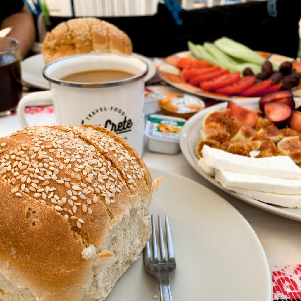 Frisches Sesambrot, ein Kaffee und Obst für ein Frühstück