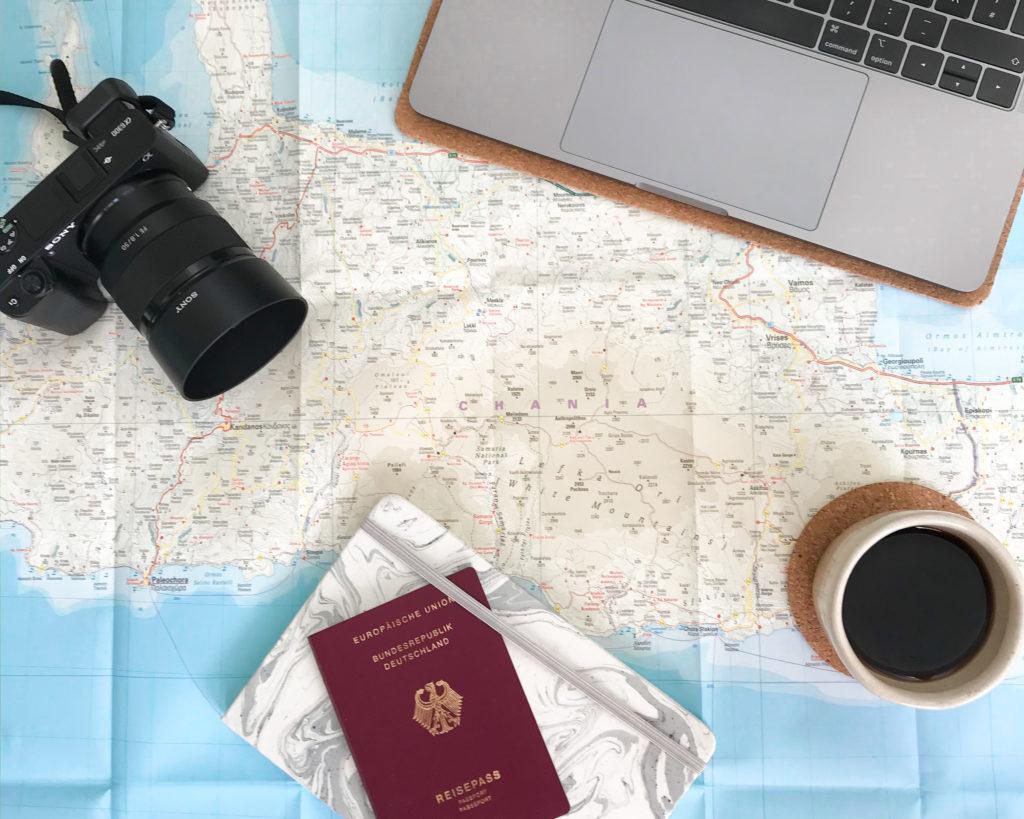 Landkarte von Kreta mit Kamera und Reisepass