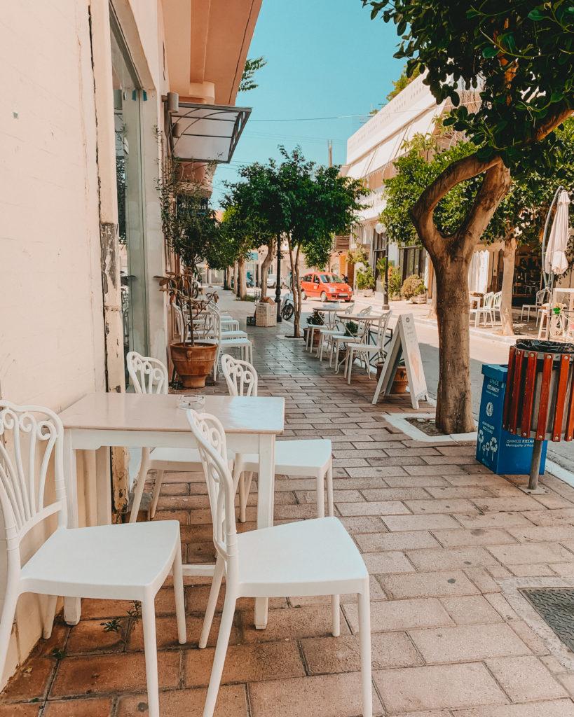 Blick von der linken Straßenseite auf die Shops in Kissamos, Kreta