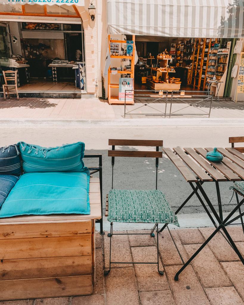 Blick von der linken Straßenseite auf die Shops auf der anderen Seite in Kissamos, Kreta