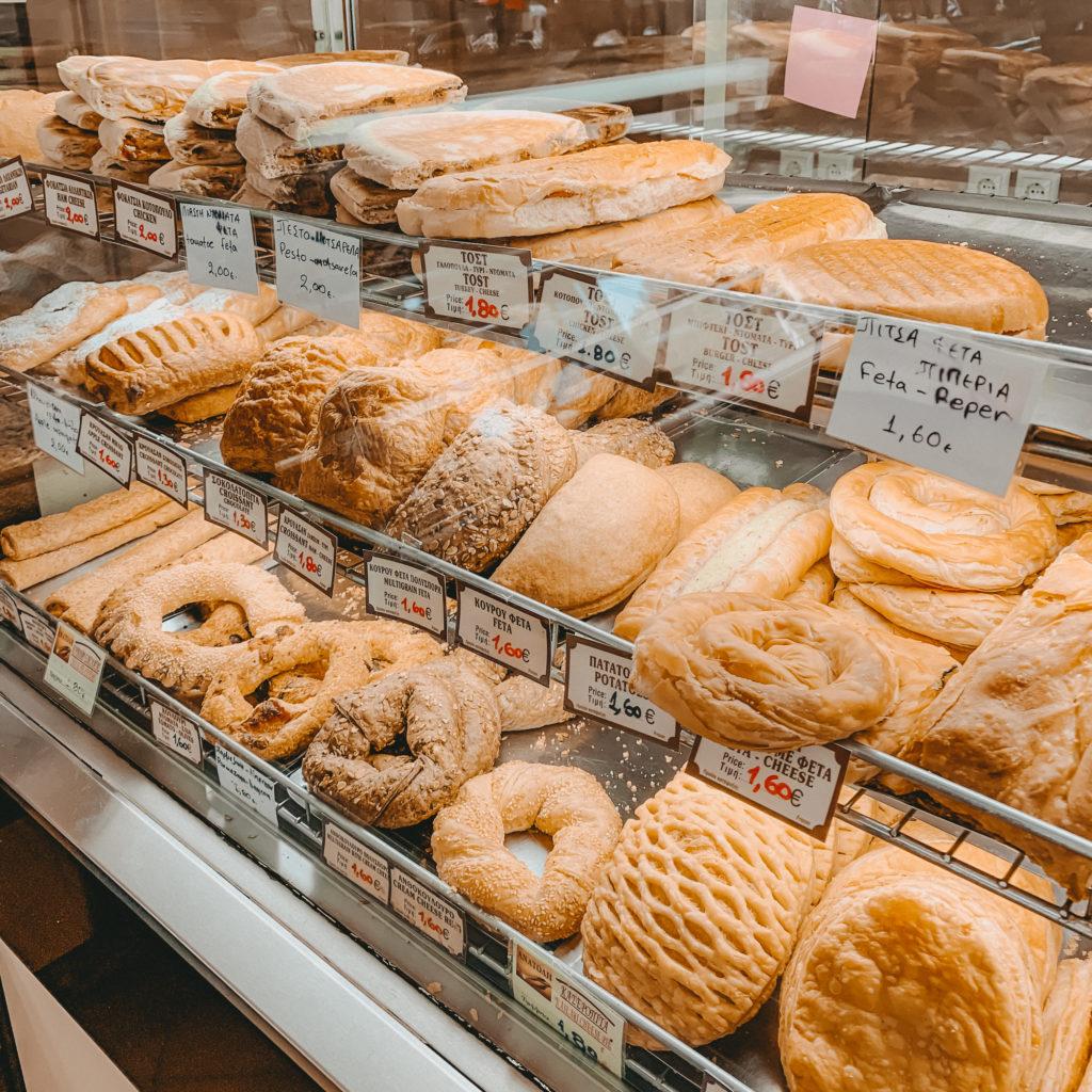 Gebäck in der Vitrine eines griechischen Bäckers