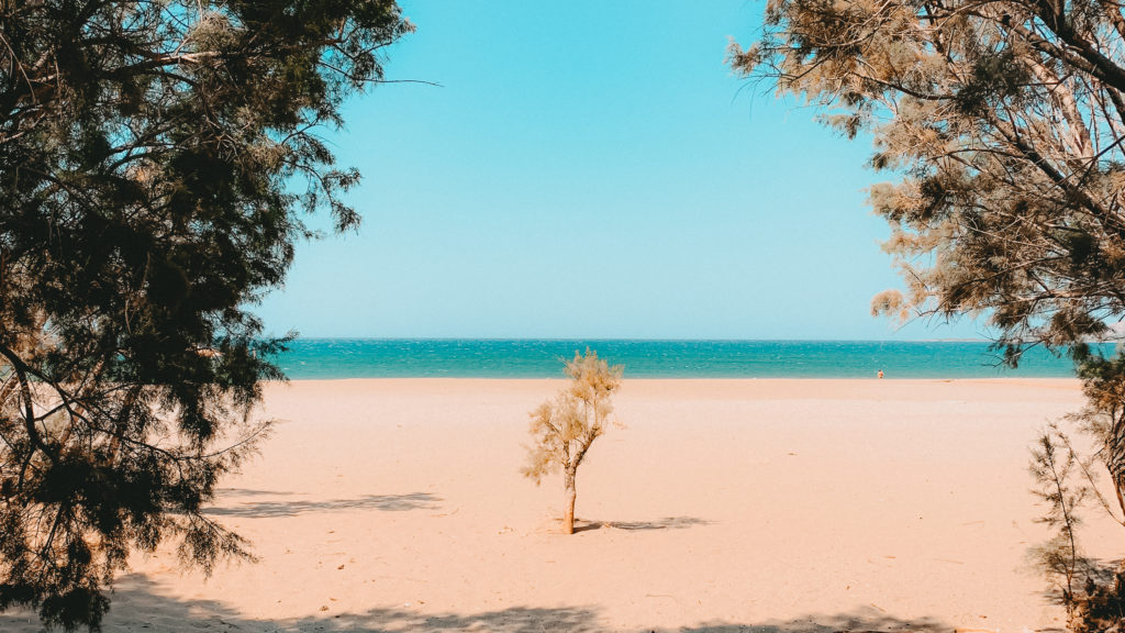 Der leere Strand von Paleochora im strahlenden Sonnenschein