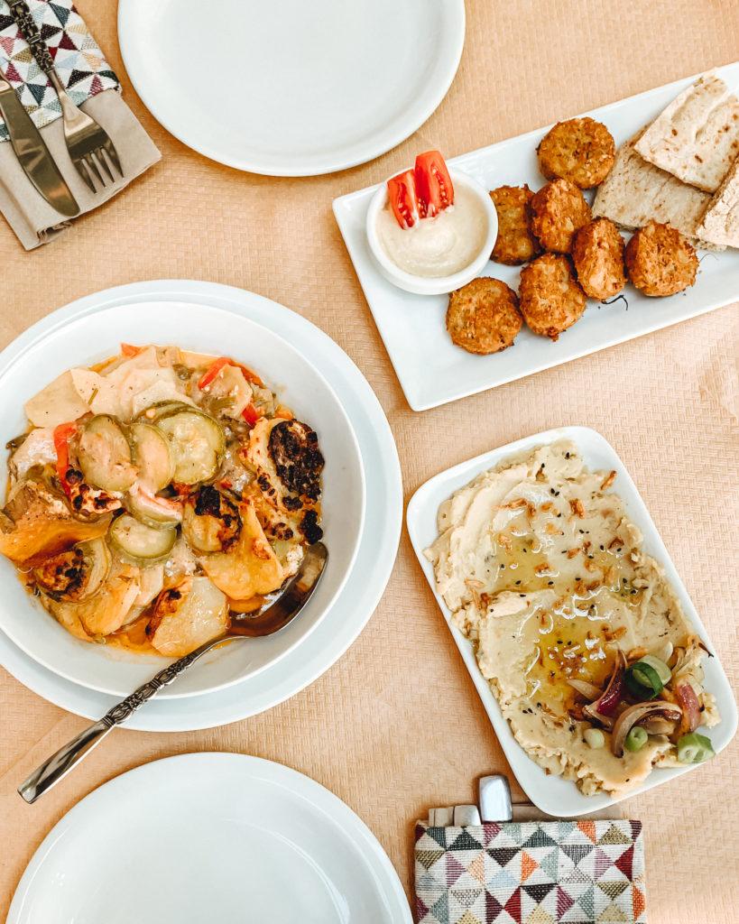 Brian, Falafel und Fava auf einem Tisch