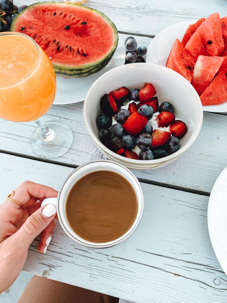 Blick auf einen Kaffee und Obst im Hintergrund