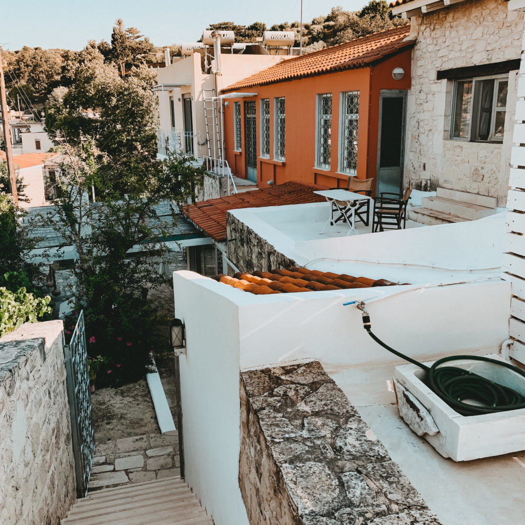 Blick von der Pool Terrasse auf das Hotel