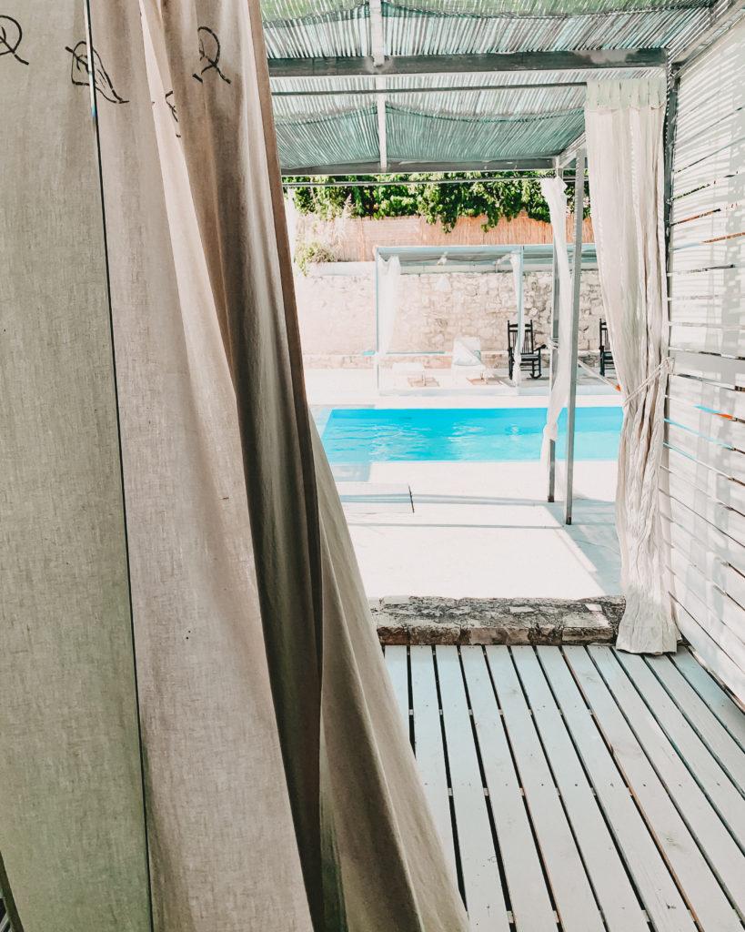 Blick aus einem Hotelappartment auf einen Pool