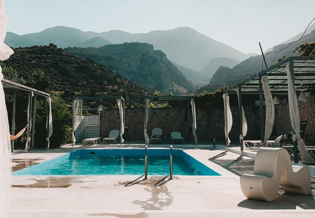 Blick auf einen Swimming Pool, Berge im Hintergrund