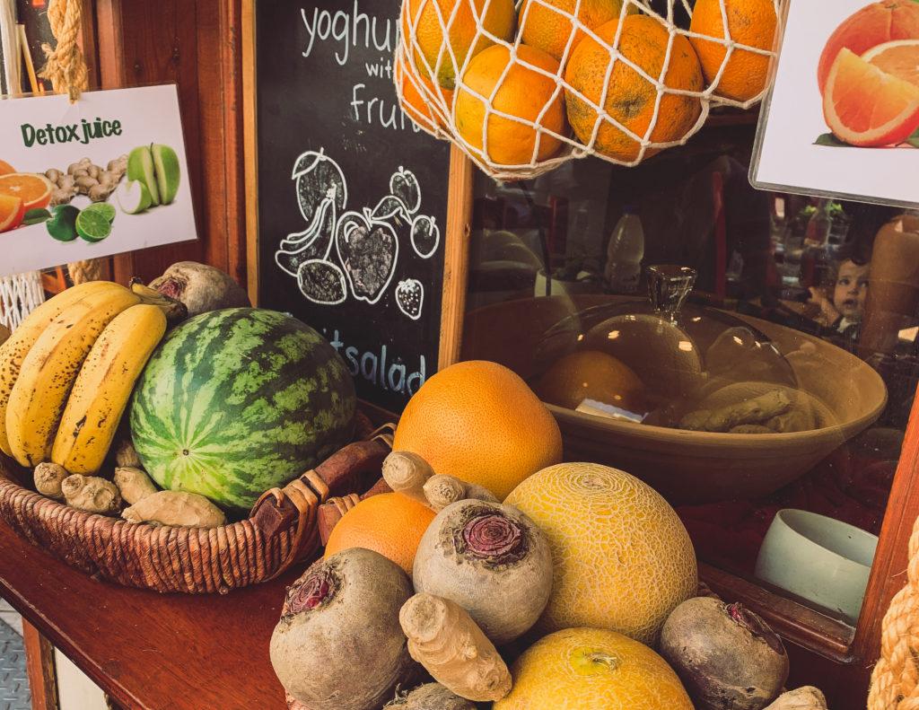 frisches Obst auf einer Fensterbank, bereit, um für einen Saft weiterverarbeitet zu werden