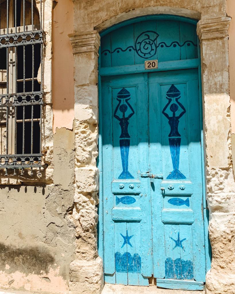 Eine blaue Tür, bemalt