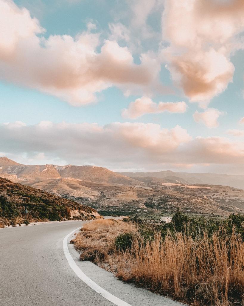 einsame Straße auf Kreta im Sonnenuntergang