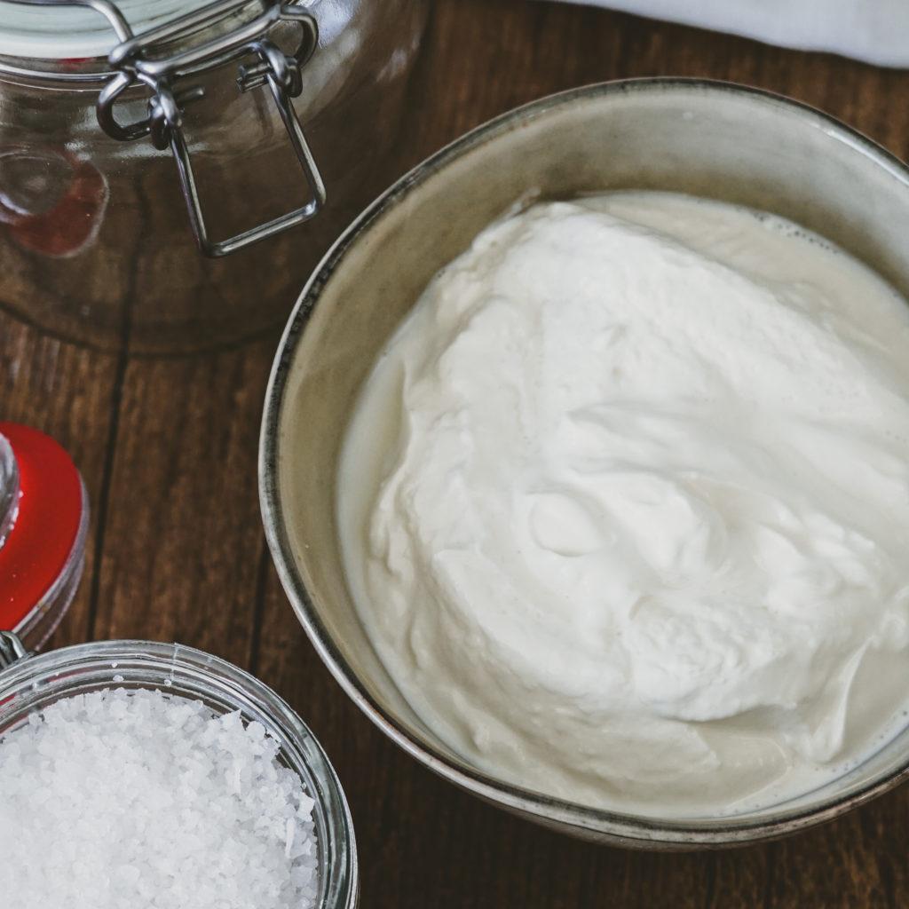 Griechischer Joghurt in einer Schale und Meersalz daneben