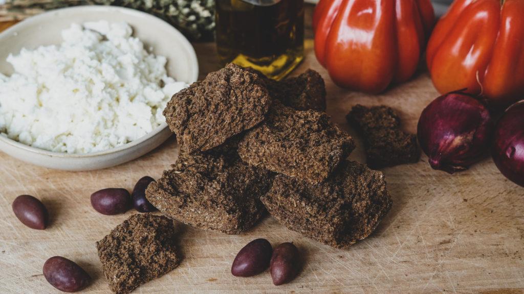 Paximadi, Feta, Tomaten und Oliven für Dakos