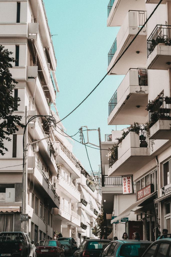 Eine typische Straße in Mitten großer Wohnhäuser in Iraklio
