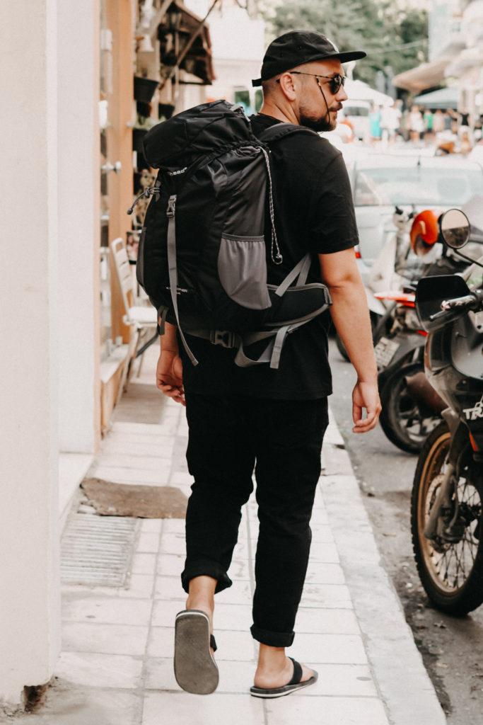 Sebastian von Heycrete in voller Traveller Montur in einer Straße von Iraklio