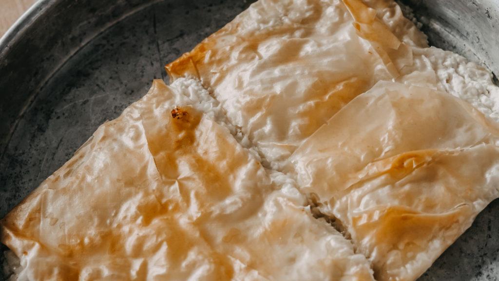 Bougatsa, frisch aus dem Ofen in einer Aluschale