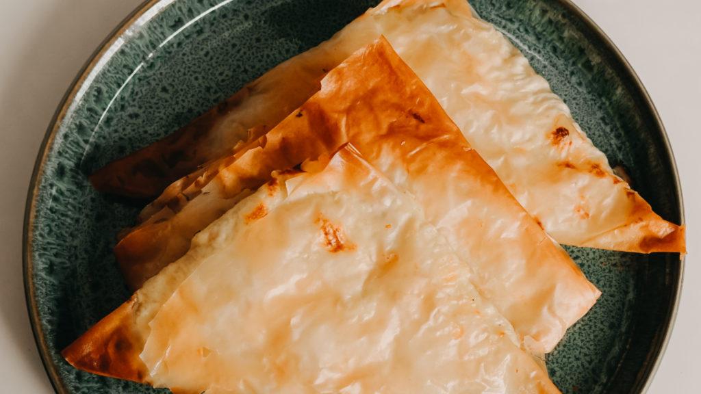 Fetataschen gestapelt auf einem Teller