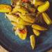 Okras mit Kartoffeln auf einem blauen Teller