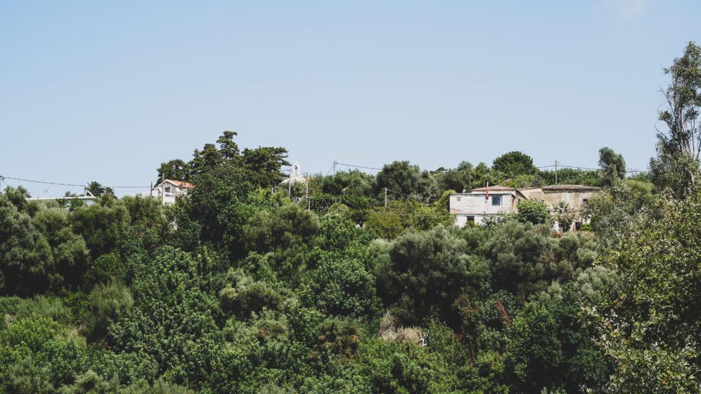 Blick auf alte Dorfhäuser an einem Hang