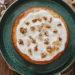 ein runder olivenoelkuchen mit griechischem Joghurt