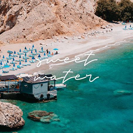 eine Taverne auf dem Wasser an einem wunderschönen Strand