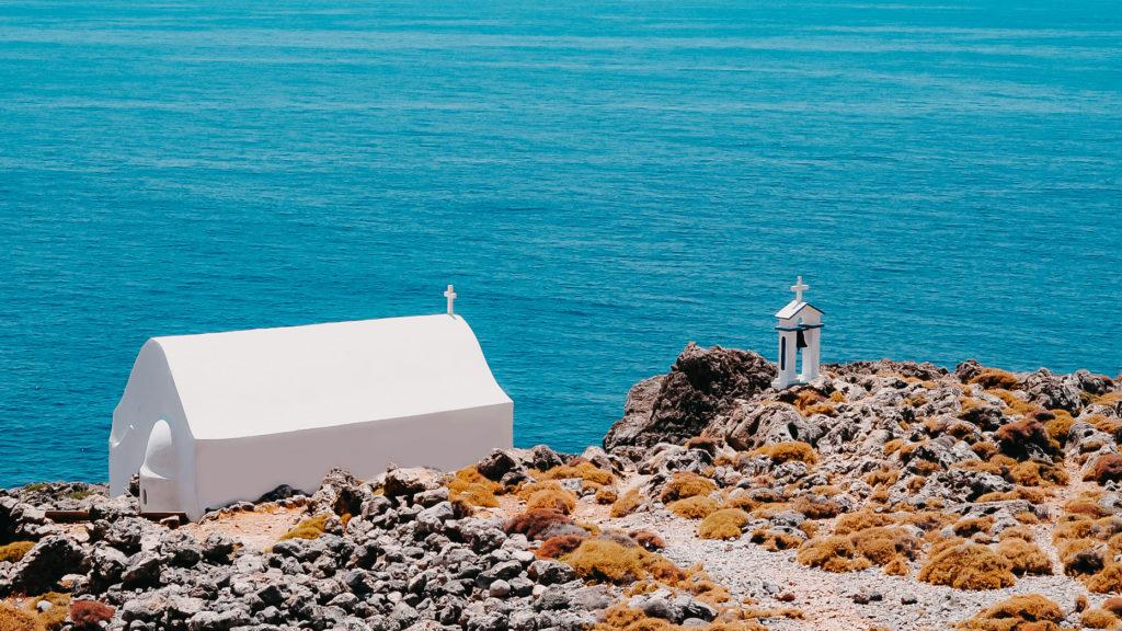 weiße Kirche an der Küste von Kreta